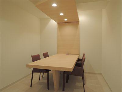 上質で明るい印象の会議室